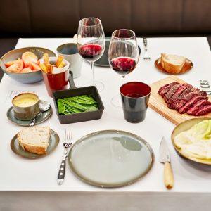 Carne de raza, guarniciones, salsas, vino en Restaurante Solomillo